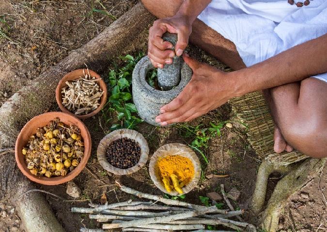 Ayurveda-Vaidya bei der Herstellung von Kräutertonicum