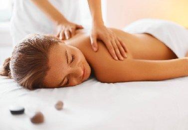 Frau bei ayurvedischen Massagebehandlung