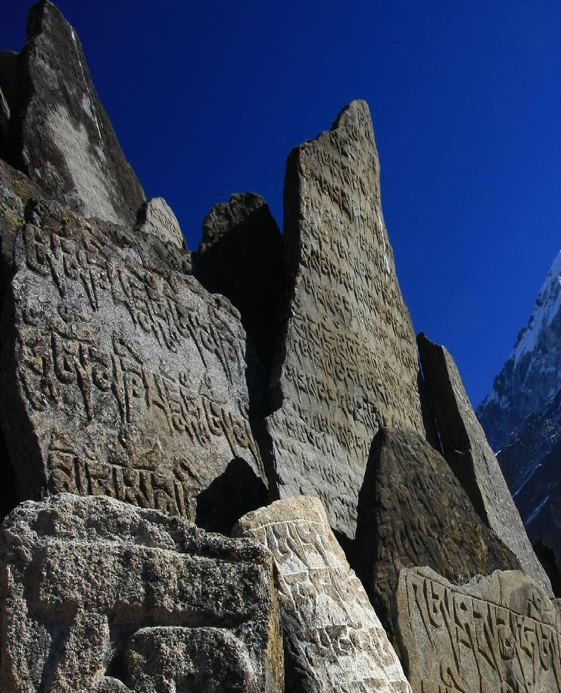 Steinplatten mit Matras im Himalaya